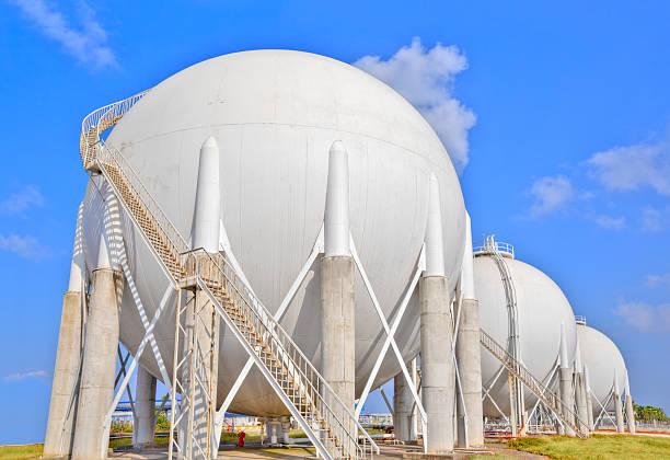 Sphere gas tanks on Petrochemical Plant:スマホ壁紙(壁紙.com)