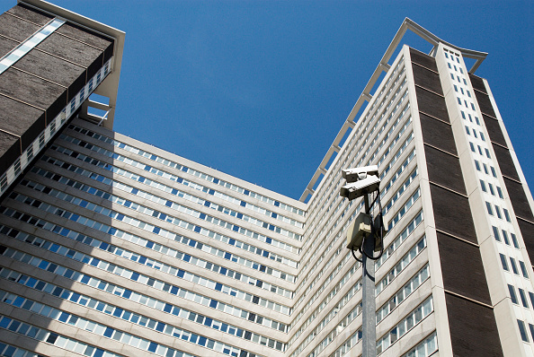 Low Angle View「Security cameras at Lunar House, home of headquarters of the UK Border Agency, Croydon, South London, UK」:写真・画像(8)[壁紙.com]