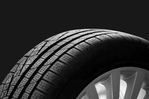 Sports Car「car tire on dark backgroound」:スマホ壁紙(5)