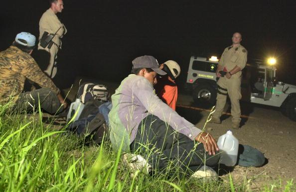 Norma Jean Gargasz「BORSTAR Agents Save Illegal Immigrants In Desert」:写真・画像(2)[壁紙.com]