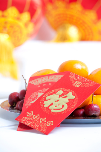 Chinese Lantern Festival「Red envelopes on bowl of fruit and Chinese lanterns to celebrate Chinese New Year」:スマホ壁紙(16)
