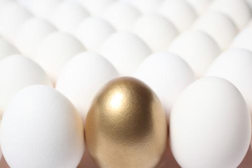 Surrounding「Gold Egg in the Middle of Many Regular Eggs」:スマホ壁紙(6)