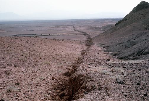 Iran「Crack in Ground from Earhquake」:スマホ壁紙(13)