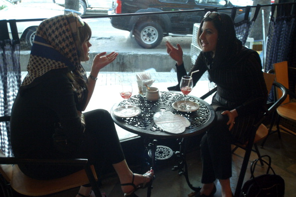 Two People「Tehran Women Chat」:写真・画像(9)[壁紙.com]