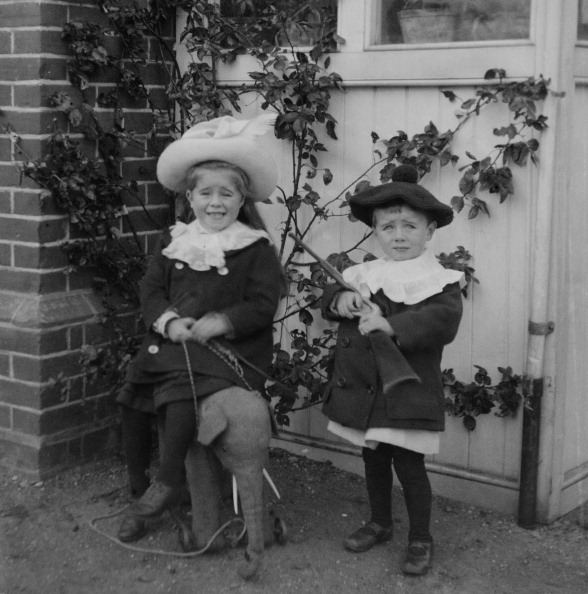 1890-1899「Children With Toys In Garden」:写真・画像(16)[壁紙.com]