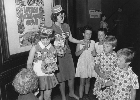 Candy「Two Young Women Distribute Pez Candy In A Movie Theater. Photograph. 1964.」:写真・画像(16)[壁紙.com]