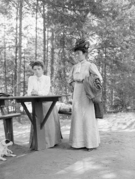 Picnic Table「Two Sisters At Picnic Bench」:写真・画像(16)[壁紙.com]