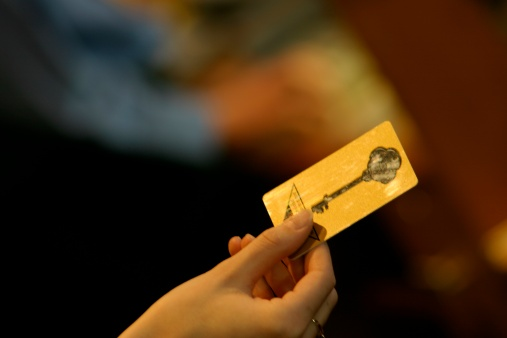 Receiving「Holding a card key」:スマホ壁紙(14)