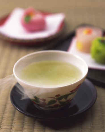 Wagashi「Green tea in a cup and Japanese sweets on plates, high angle view, differential focus」:スマホ壁紙(12)