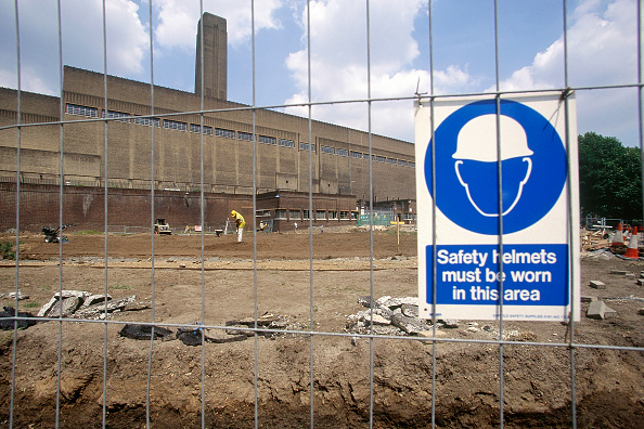 2002「Temporary fencing and safety sign during conversion of Bankside Power Station into Tate Modern Museum of Modern Art. London. United Kingdom.」:写真・画像(7)[壁紙.com]