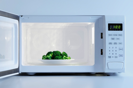 Plate「A small plate of broccoli inside a microwave」:スマホ壁紙(2)