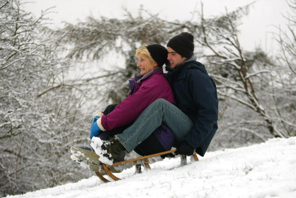 Snow「A Woman And Her Son Go Tobogganing」:写真・画像(0)[壁紙.com]