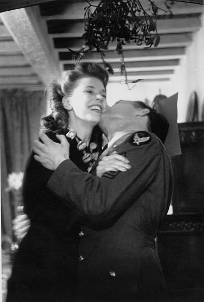 Mistletoe「Christmas Kiss」:写真・画像(3)[壁紙.com]
