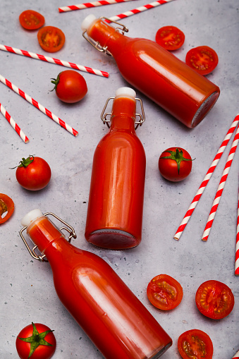 Vegetable Juice「Homemade tomato juice in swing top bottles, straws and tomatoes on grey ground」:スマホ壁紙(8)