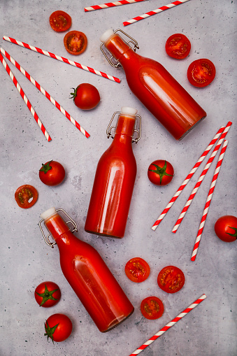 Vegetable Juice「Homemade tomato juice in swing top bottles, straws and tomatoes on grey ground」:スマホ壁紙(7)