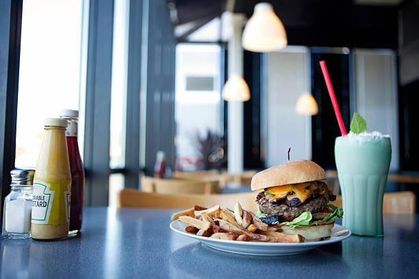 Cheeseburger, french fries and milkshake in diner:スマホ壁紙(壁紙.com)