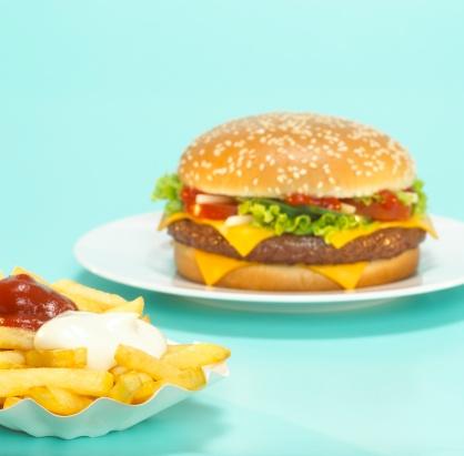 Mayonnaise「Cheeseburger with French fries, close-up」:スマホ壁紙(17)