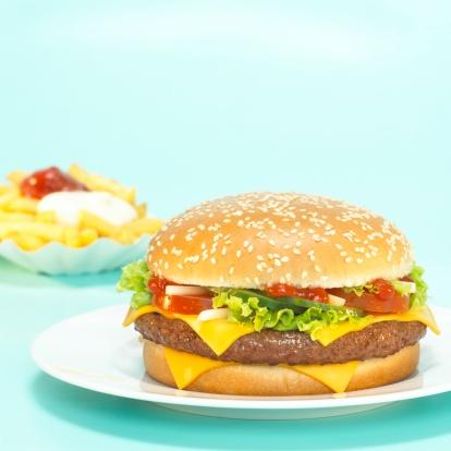 Burger「Cheeseburger with French fries, focus on hamburger, close-up」:スマホ壁紙(6)