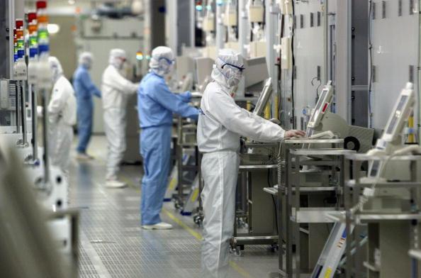 Technician「Crown Prince Naruhito Visits Renesas Technology Corp」:写真・画像(4)[壁紙.com]