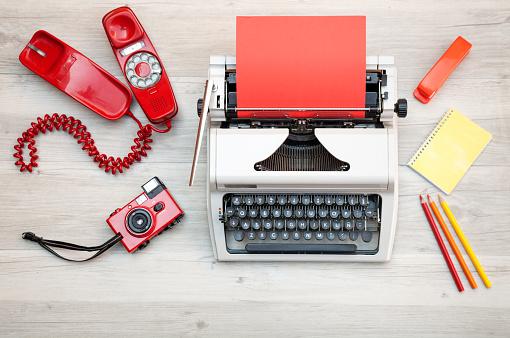 赤「オフィスの机でレトロなタイプライター。」:スマホ壁紙(8)