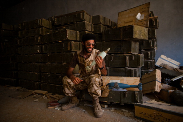 Hiding「Libyan Rebels Battle Gaddafi Forces For Control Of Tripoli」:写真・画像(8)[壁紙.com]