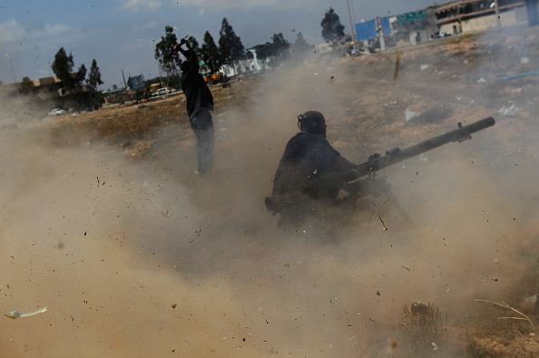 Chris Hondros「Rebels Engage Gaddafi Forces in Close Combat in Libyan City Of Misrata Struggles Against Gaddafi's Forces」:写真・画像(16)[壁紙.com]