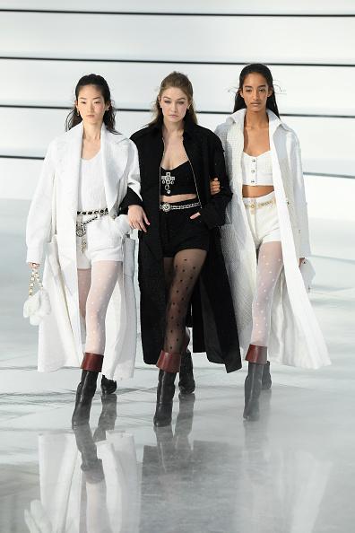 ランウェイ・ステージ「Chanel : Runway - Paris Fashion Week Womenswear Fall/Winter 2020/2021」:写真・画像(4)[壁紙.com]
