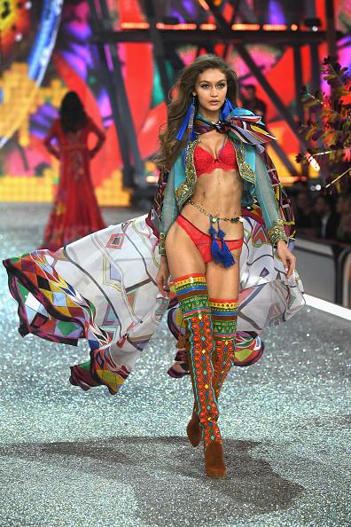 ヴィクトリアズ・シークレット「2016 Victoria's Secret Fashion Show in Paris - Show」:写真・画像(12)[壁紙.com]