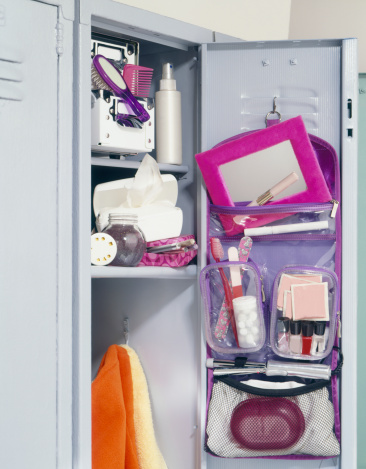 鏡開き「Girl's school locker overflowing with makeup 」:スマホ壁紙(17)