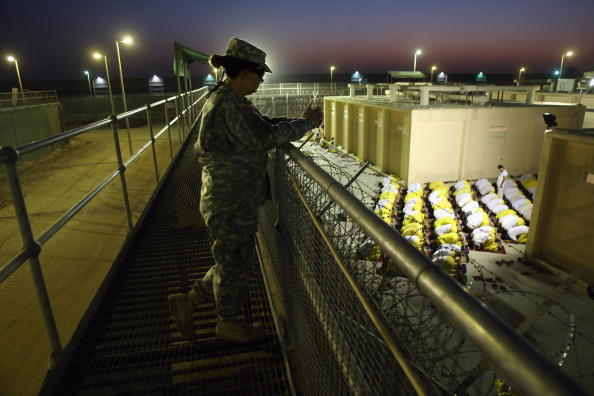 Camp Cropper「U.S. Military Holds Thousands Of Detainees In Baghdad Prison」:写真・画像(1)[壁紙.com]