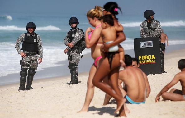 Water's Edge「Activists Protest Auction Of Brazilian Off-Shore Oil Field」:写真・画像(19)[壁紙.com]