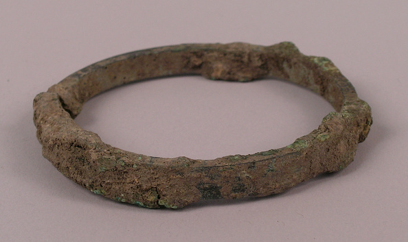 USC Pacific Asia Museum「Bangle designed with rounded edges with traces of ancient fabric」:写真・画像(9)[壁紙.com]
