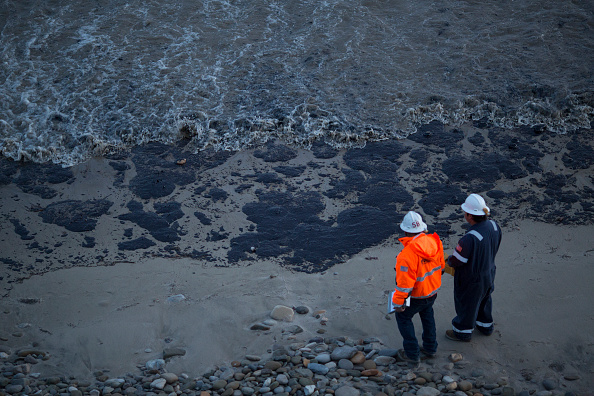 海「Ruptured Pipeline Spills Oil Along Santa Barbara Coast」:写真・画像(11)[壁紙.com]