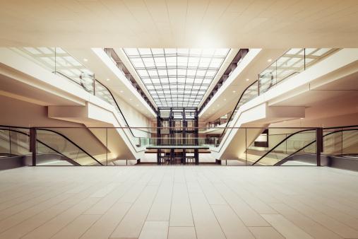 Entrance Hall「Escalators in a clean modern shopping mall」:スマホ壁紙(12)