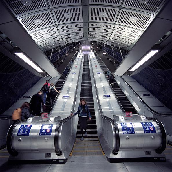 2002「Escalators at London Bridge station on the Jubilee Line Extension. London」:写真・画像(14)[壁紙.com]