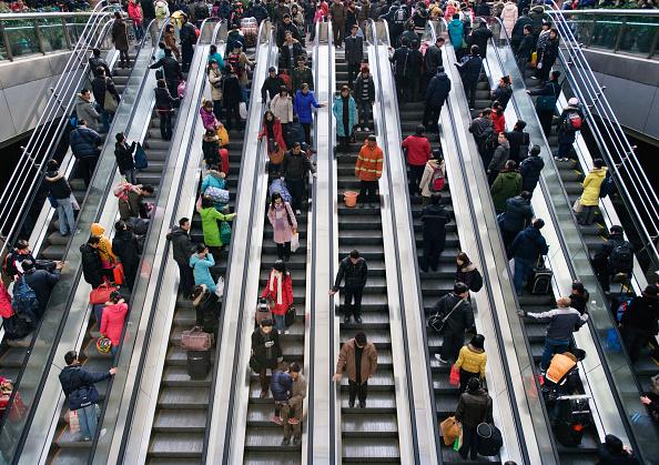 Large Group Of People「Escalators on Beijing subway, China」:写真・画像(0)[壁紙.com]
