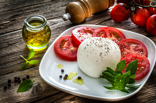 Black Peppercorn「Healthy fresh burrata cheese salad on rustic wooden table」:スマホ壁紙(11)