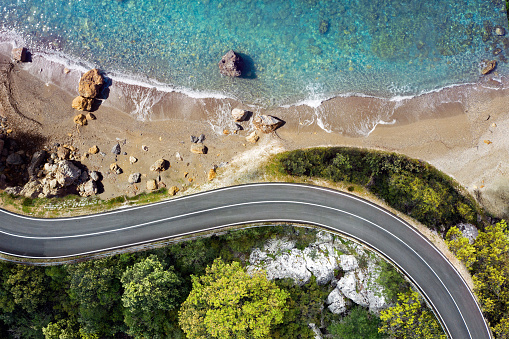 Italy「Seaside road approaching a beach, seen from above」:スマホ壁紙(15)