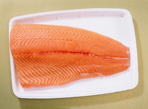 Tray「Fresh farmed atlantic salmon on styrofoam supermarket tray」:スマホ壁紙(2)
