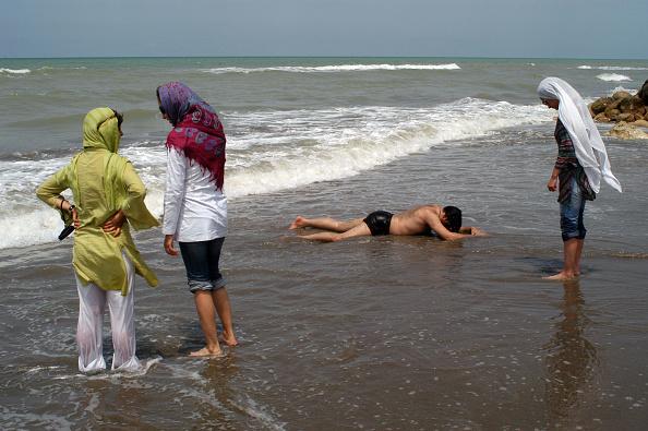 Water's Edge「Iranian Beachwear」:写真・画像(13)[壁紙.com]