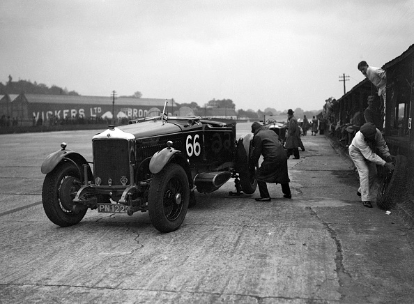 God「GL Baker's 5954 cc Minerva undergoing a rear wheel change at Brooklands」:写真・画像(2)[壁紙.com]