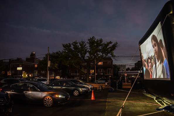 Queens - New York City「Queens Diner Turns Parking Lot Into Drive-In Movie Theater」:写真・画像(17)[壁紙.com]