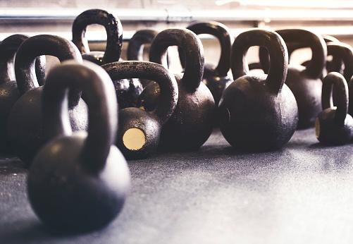 スポーツ用品「Kettlebells on floor in gym」:スマホ壁紙(16)