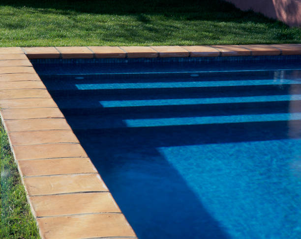 View of steps in a swimming pool on a sunny day:ニュース(壁紙.com)