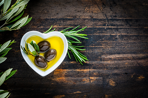 Ketogenic Diet「Olive oil in a heart shaped bowl. Copy space.」:スマホ壁紙(4)