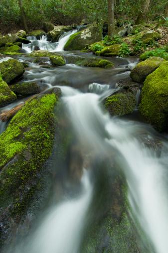 Roaring Fork River「River cascading down rocks, low angle view, dusk, (blurred motion)」:スマホ壁紙(10)