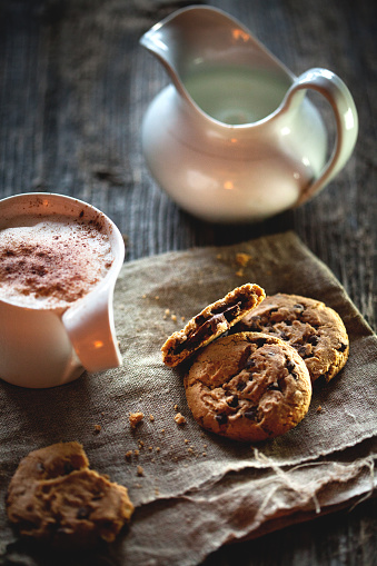 Coffee Break「Chocolate chip cookies and cup of coffee on wooden table.」:スマホ壁紙(6)