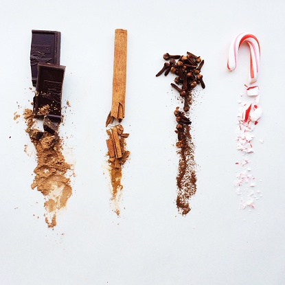 Spice「Chocolate, cinnamon, cloves, and candy cane, whole at top, crushed below」:スマホ壁紙(11)