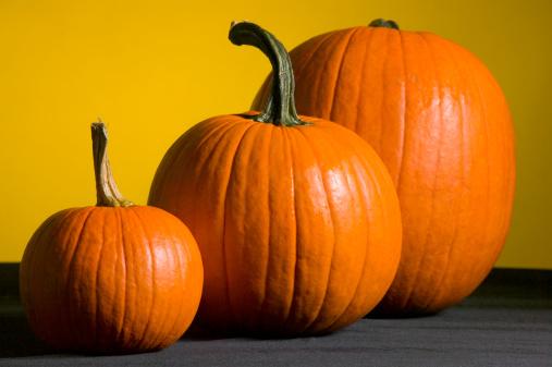ハロウィン「Three pumpkins on table」:スマホ壁紙(4)