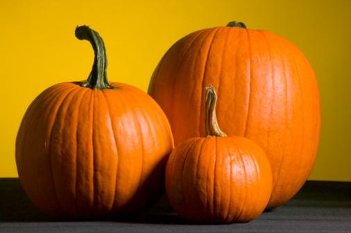 ハロウィン「Three pumpkins on table」:スマホ壁紙(3)
